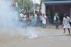 Protestas musulmanes en la India con los fuegos artificiales Foto de archivo libre de regalías