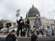 Protestataire placé sur le mur au masque capital mars du bâtiment million Image libre de droits