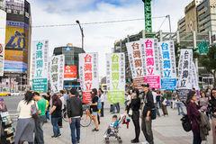 Protestataire taiwanais avec les drapeaux et l'affiche photos stock