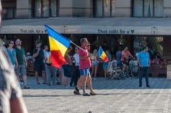 Protestataires avec le drapeau roumain photo stock