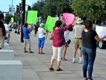 Protestataires dans le trafic, Tampa, la Floride image stock