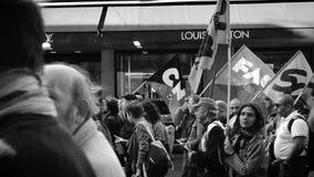Protestataires devant le magasin de couturier de Louis Vuitton banque de vidéos