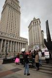 Protestataires palissadant au-dessus des lois de trafic humaines en dehors de tribunal d'état, Manhattan inférieure photo stock