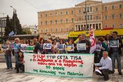 Protestataires pendant le jour du monde de l'action contre TTIP CETA TISA photographie stock libre de droits