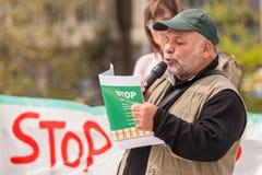 Protestataires pendant le jour du monde de l'action contre TTIP CETA TISA, (association transatlantique du commerce et d'investis photo stock