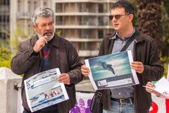 Protestataires pendant le jour du monde de l'action contre TTIP CETA TISA, (association transatlantique du commerce et d'investis image libre de droits
