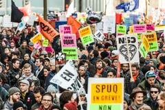 Protestataires tenant tout le genre de signes, de drapeaux et de plaquettes dans les rues Images stock