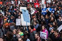 Protestataires tenant tout le genre de signes, de drapeaux et de plaquettes dans les rues Images libres de droits