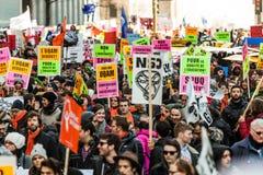 Protestataires tenant tout le genre de signes, de drapeaux et de plaquettes dans les rues Photos libres de droits