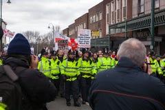Protestatari di EDL dietro una linea di polizia Fotografie Stock Libere da Diritti