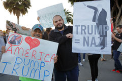 Protestatario di Anti-Trump all'anfiteatro pacifico in Costa Mesa, California Fotografia Stock