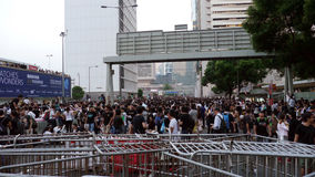 Protestatario dietro la barriera - rivoluzione dell'ombrello in centrale, Hong Kong Fotografia Stock