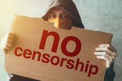 Protestateur à capuchon d'activiste ne tenant aucun signe de protestation de censure photographie stock libre de droits