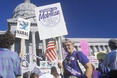 Protestateurs avec des signes au rassemblement revendiquant le droit à l'avortement Image stock