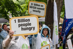 Protestateurs en dehors de G20 à Toronto Photos stock