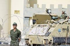 Protestation égyptienne ; l'armée gardant des équipements Photographie stock