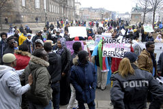 PROTESTATION ÉTAGÉE PAR SOMALIES CONTRE DES LOIS DANOISES DE RÉFUGIÉS photographie stock libre de droits