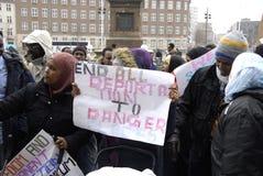PROTESTATION ÉTAGÉE PAR SOMALIES CONTRE DES LOIS DANOISES DE RÉFUGIÉS photo libre de droits