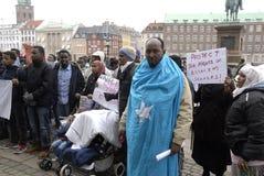 PROTESTATION ÉTAGÉE PAR SOMALIES CONTRE DES LOIS DANOISES DE RÉFUGIÉS image stock