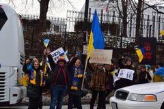Protestation d'Ukraines au C.C russe d'ambassade Images stock