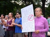 Protestation de Charlottesville en Ann Arbor - signe de paix Photographie stock libre de droits