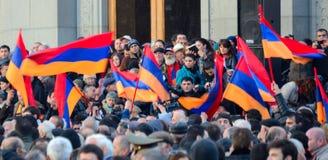 Protestation de milliers en Arménie contre le président réélu Photographie stock