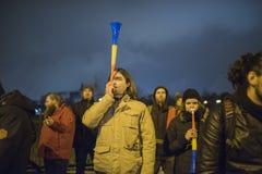 Protestation de personnes devant le Parlement roumain photo libre de droits