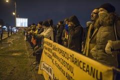 Protestation de personnes devant le Parlement roumain images libres de droits