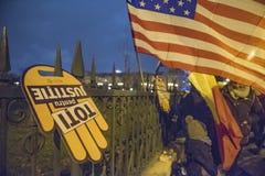 Protestation de personnes devant le Parlement roumain photos libres de droits