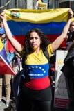 Protestation de Vénézuéliens en dehors de leur ambassade de pays Photo libre de droits
