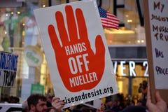 Protestation pour protéger Robert Mueller photographie stock libre de droits
