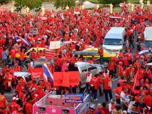 Protestation rouge de chemise sur les routes de Bangkok Photos libres de droits