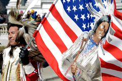 Protestations d'homme de Natif américain à Madison le Wisconsin Photo stock