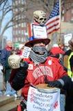 Protestations de jeune homme en dehors de capitol du Wisconsin Photographie stock