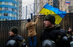 Protestations des patriotes ukrainiens près du consulat général de la Fédération de Russie à Odessa contre l'agression de la Russ images stock