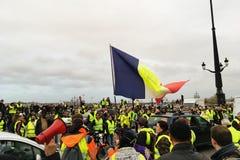 Protestations jaunes de gilet contre des impôts d'augmentation sur l'essence et le gouvernement présenté diesel de la France images libres de droits