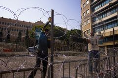 Protestations libanaises Les gens construisent le béton et les barricades de fil sont allées sur une protestation à l'encontre images stock