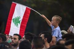 Protestations libanaises Un garçon avec le drapeau du Liban sur la marche de la protestation paisible de protestation photos stock