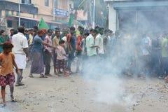Protestations musulmanes dans l'Inde avec des feux d'artifice Images libres de droits