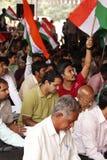Protestatore che fluttua bandierina indiana immagine stock libera da diritti