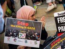 Protestberichten in Gaza: Houd de Slachtingsverzameling in Whitehall, Londen, het UK tegen royalty-vrije stock foto's