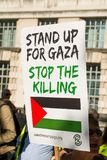 Protestberichten op aanplakbiljetten en affiches in Gaza: Houd de Slachtingsverzameling in Whitehall, Londen, het UK tegen stock foto