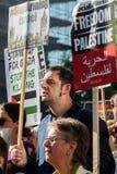 Protestberichten op aanplakbiljetten en affiches in Gaza: Houd de Slachtingsverzameling in Whitehall, Londen, het UK tegen royalty-vrije stock afbeelding