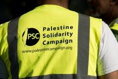 Protestberichten op aanplakbiljetten en affiches in Gaza: Houd de Slachtingsverzameling in Whitehall, Londen, het UK tegen royalty-vrije stock fotografie