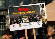 Protestberichten op aanplakbiljetten en affiches in Gaza: Houd de Slachtingsverzameling in Whitehall, Londen, het UK tegen royalty-vrije stock foto's