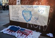 Proteste agains guerra síria dos sinais e SEJA terrorismo no centro da cidade do Madri Foto de Stock
