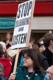 Proteste contra la conferencia BRITÁNICA de LibDem; ¡Escuche! Foto de archivo libre de regalías