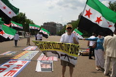 Proteste a la diáspora siria contra la ayuda de Rusia del régimen de Assad Foto de archivo libre de regalías