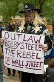 Proteste tatuaate dell'uomo contro l'acciaio del Robert K immagini stock libere da diritti