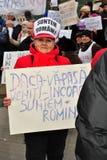 Protesteerder die de mensen uit in Boekarest roept Stock Foto's